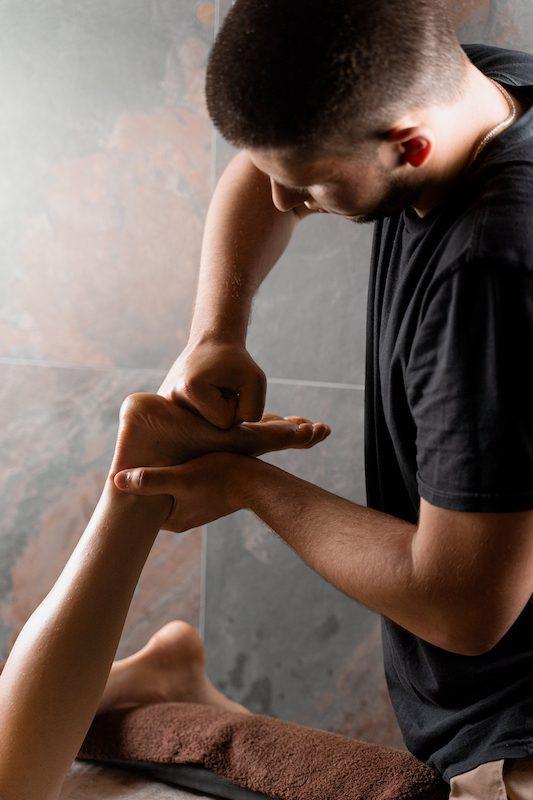 massage-legs-feet-professional-masseur-relaxation